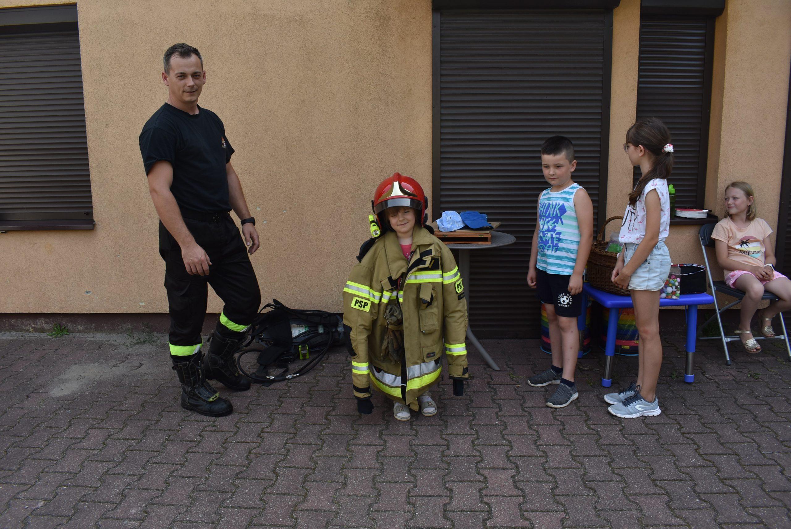 Dziecko wubraniu strażaka.
