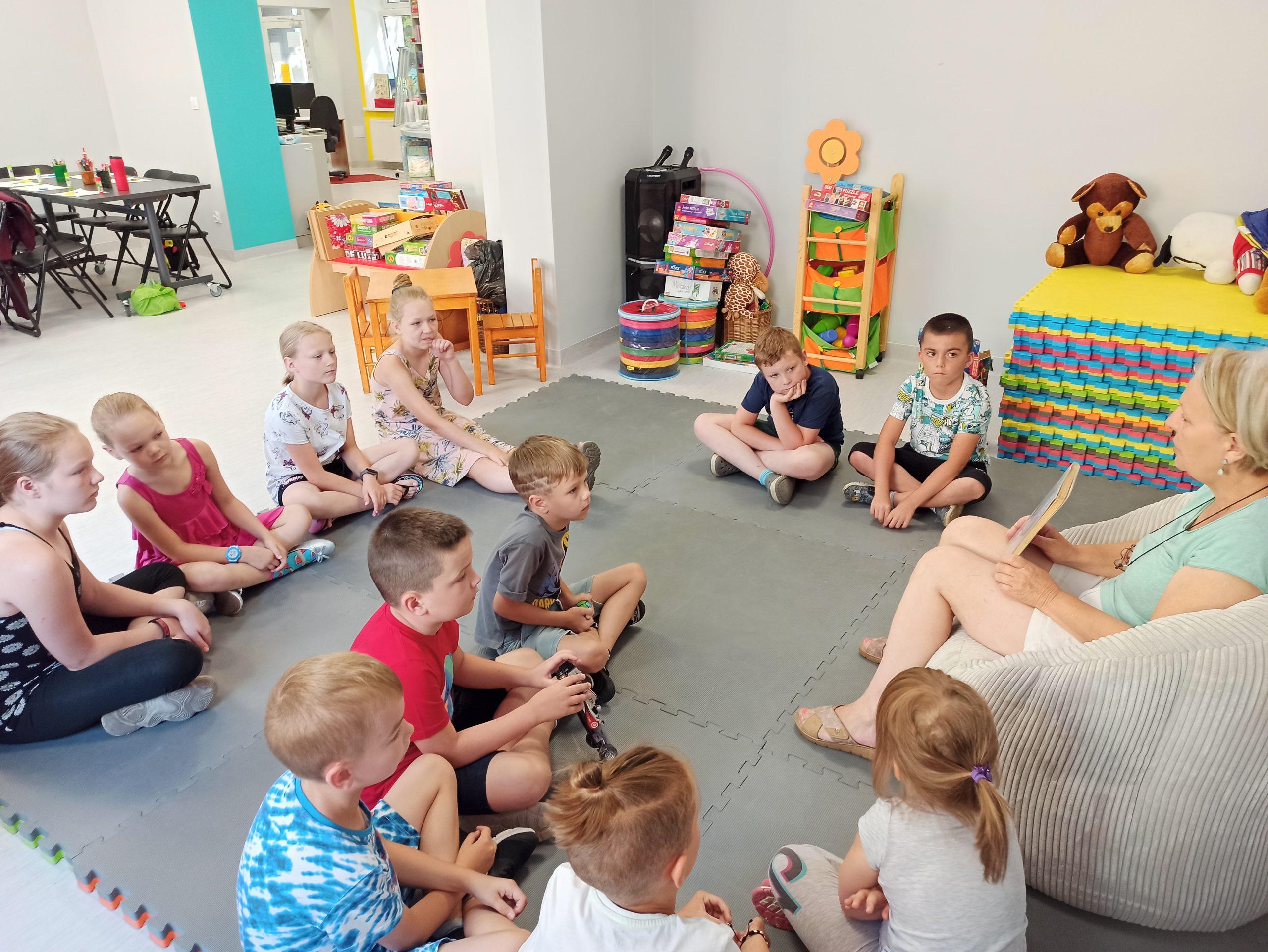 Pani Ewa Tabisz czyta dzieciom bajkę.