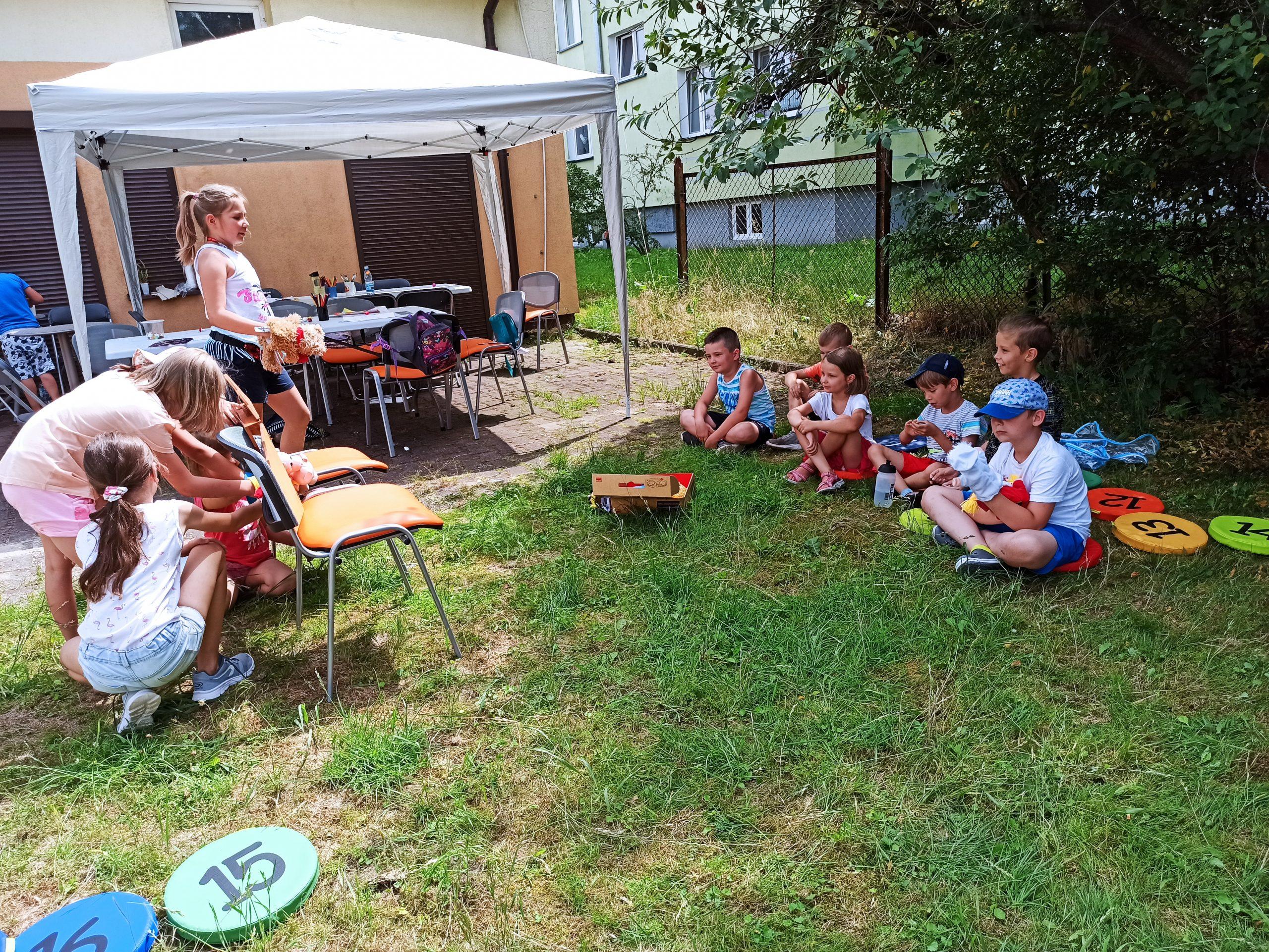 Dzieci samodzielnie robią teatrzyk kukiełkowy.